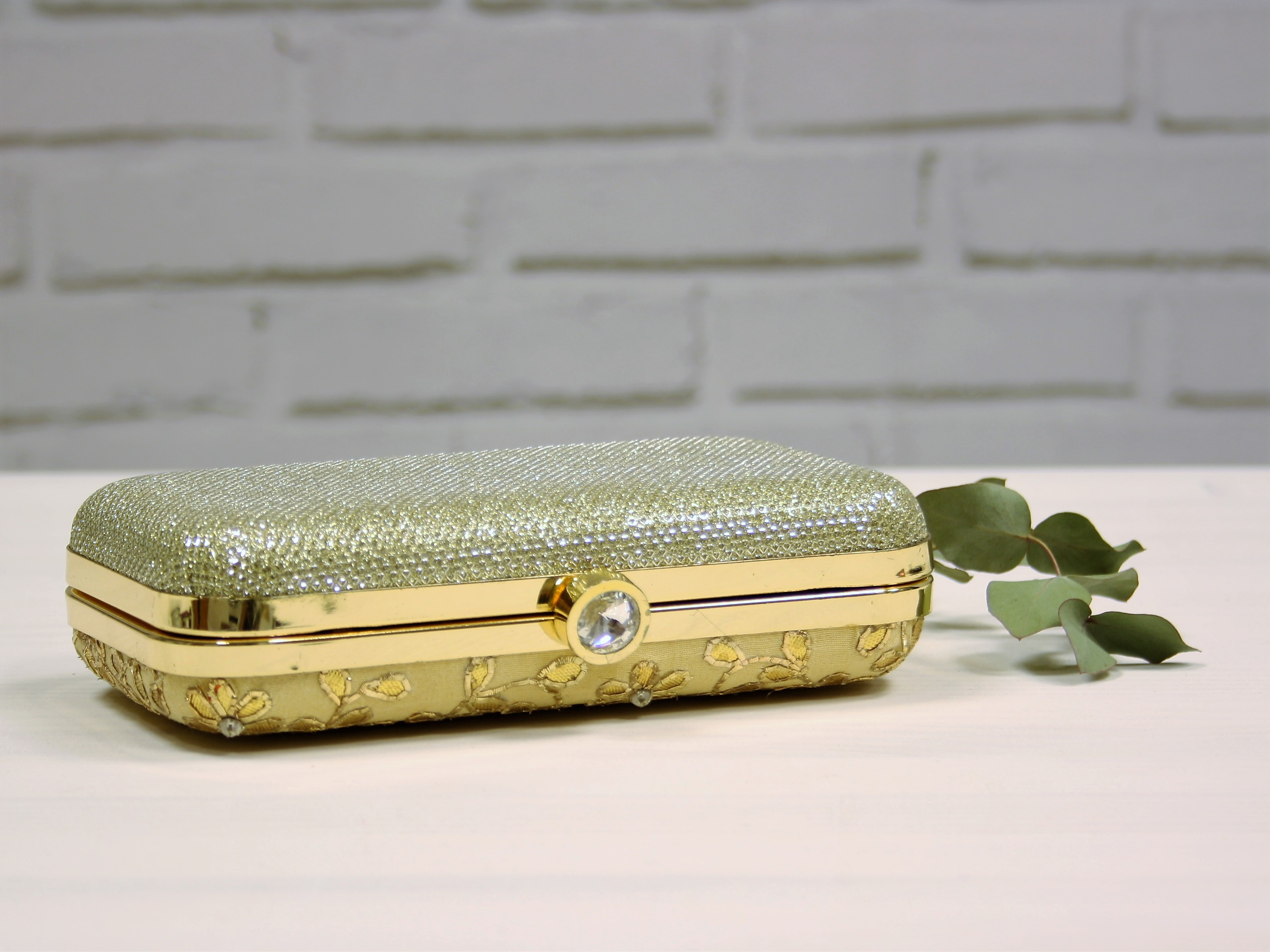 Clutch de India rigido bordado oro