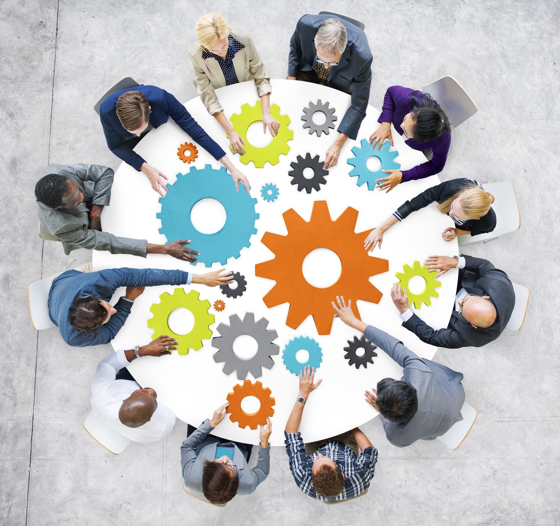 gente-de-negocios-con-engranajes-y-el-concepto-de-trabajo-en-equipojpg