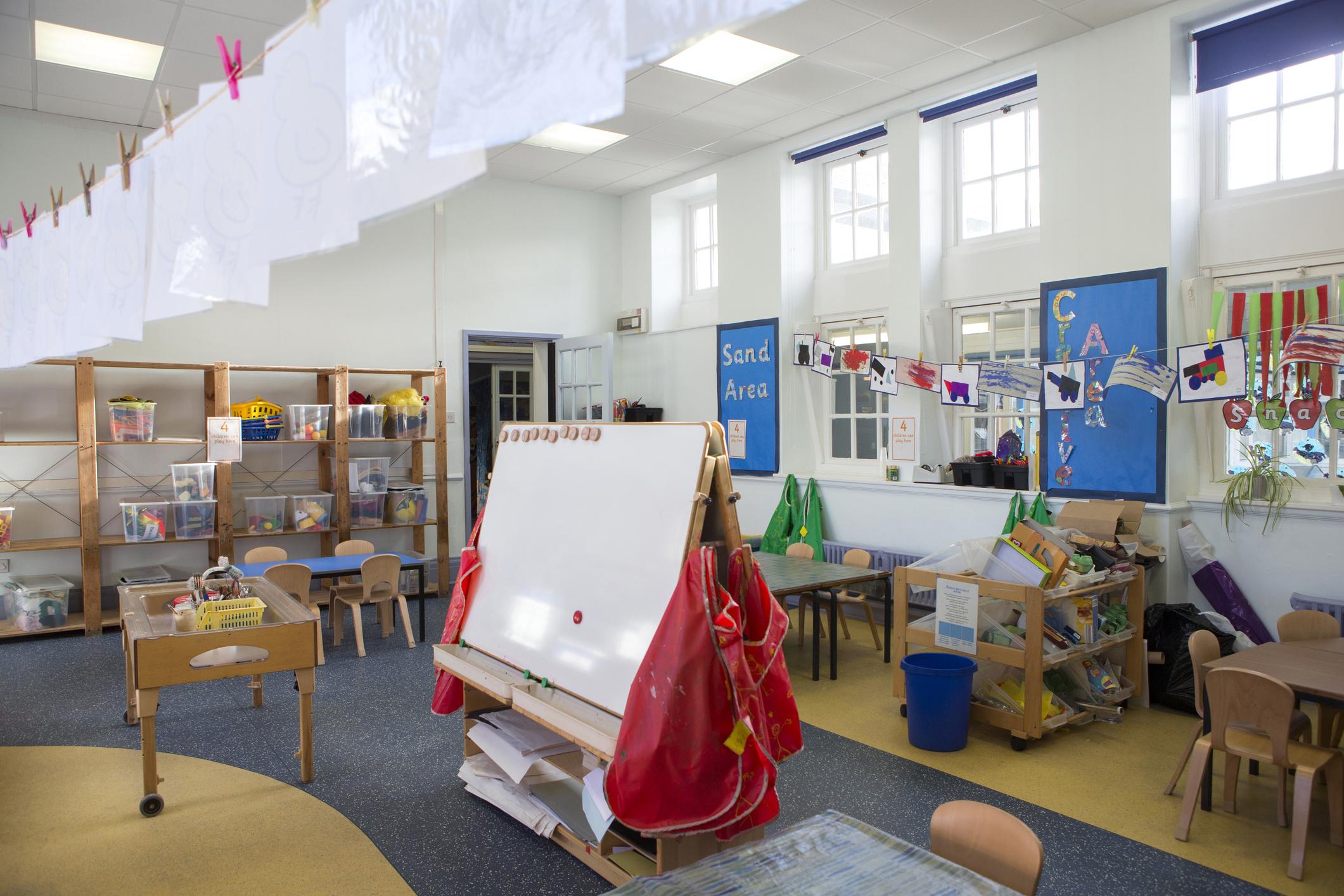 interior-de-la-escuela-montaje-tipo-aulajpg